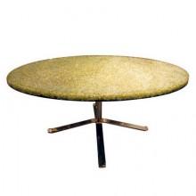 Table basse en résine à piètement doré. Pierre Giraudon